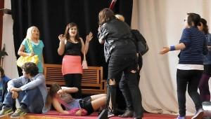 Mit Gewalt reagiert Terror-Gang-Anführerin Charly auf den Ausstieg des bisherigen Gang-Mitgliedes Kessy. Niemand in der Schulklasse traut sich der Anführerin zu widersprechen. Foto: Keilbach/bkh1