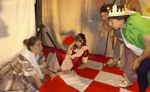 Die Rote Königin, gespielt von Sylvia Schugardt (2. v. l.), liegt nach einem dramatischen Schachspiel geschlagen am Boden. Kann Alice (Saskia Rönspies, l.) das Wunderland doch noch retten? Spielleiterin Gabriele Schönig (r.) übernimmt den Part der grünen Raupe. Foto: Hofmann