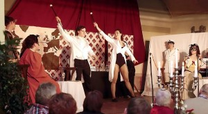 Die Zuschauer erlebten auch eine kleine Revuetheater-Einlage während des Krimi-Dinners der Luckauer Theaterloge. Foto: Birgit Keilbach/bkh1