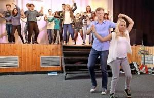 Für ihr Theaterstück studierten die Jugendlichen aus Rumänien und Deutschland auch jeweils einen typischen Tanz ihrer Region ein. Razzek Yousif und Gina-Lara Meyer führten ihren Mitstreitern auf der Bühne die Schritt- und Bewegungsfolge des rumänischen Tanzes vor. Foto: bkh1