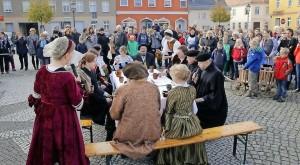 Auf dem Golßener Marktplatz verfolgten Gottesdienstbesucher, wie wohl einst im Hause Luther diskutiert wurde. Foto: Bigit Keilbach/bkh1