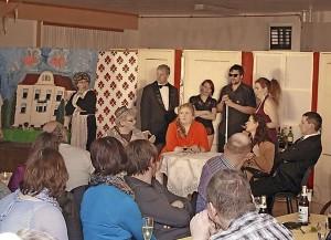 Else von Tannenberg ist ermordet worden. Beim Krimidinner im Uebigauer Schützensaal schachern auch die Besucher als Vereins-Erben um den Nachlass. Foto: Rico Meißner/rmr1