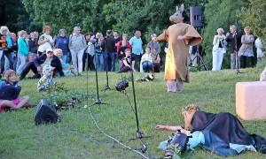 """Die Theaterloge begeisterte das Publikum in Fürstlich Drehna mit Auszügen aus Shakespeares """"Sommernachtstraum"""". Foto: Keilbach"""
