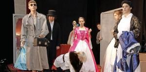 Als der Inspektor auftaucht, gerät nicht nur Jakob Grimm (v.l.) aus der Fassung, auch die Märchenfiguren entpuppen sich als gar nicht so makellose Helden, wie sie aus den Märchen bekannt sind. Foto: Birgit Keilbach