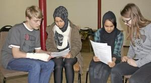 """In der künftigen Kleinkunstbühne im alten Museum lernen Calvin, Masoda, Soraia und Julia (v.l.) gemeinsam den Text für das Stück """"Willkommen in Brandenburg"""", in dem es um das Thema Flüchtlinge geht. Foto: be"""