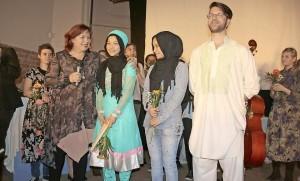 Groß war der Applaus für das Jugend-Ensemble der Theaterloge. Ganz besonders aber freute sich Theaterleiterin Gabi Schönig für die afghanischen Mitspieler Masoda und Soraia Ibrahimi sowie Wahid Saba (vorn, v.l.) über den Erfolg des gemeinsamen Theaterprojektes. Foto: be