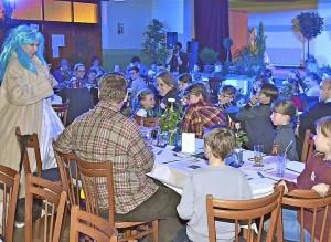 Zum Krimi-Dinner mit der Theaterloge Luckau sind zahlreiche Kinder am Samstag nach Gehren gekommen. Foto: A. Staindl/asd1
