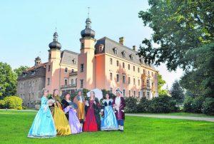 2015 flanierten Edelleute von der Theaterloge Luckau erstmals durch den Altdöberner Park und zogen die Blicke schon einmal auf sich. Foto: Hegewald