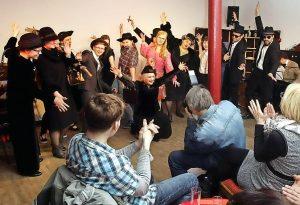 Mit vollem Einsatz spielten die Mitglieder der Theaterloge den Besuchern diverse Szenen vor. Foto: Birgit Keilbach/bkh1