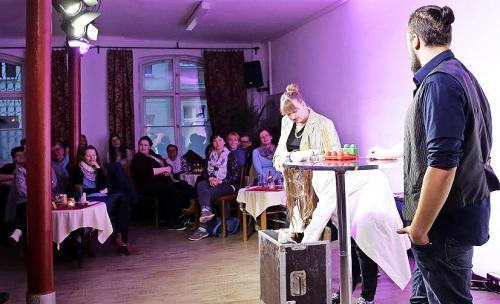 Moderatorin Barbara Ludwig (Annika Sawallisch) verfolgt, was Wissenschaftlerin Dr. Larissa Stein (Julia Druschke) hervorholt. Foto: B. Keilbach/bkh1