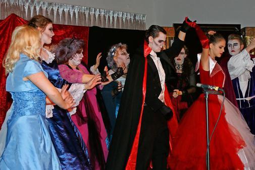 """Tanzende """"Blutsauger"""" der Theaterloge Luckau beim Krimi-Dinner"""