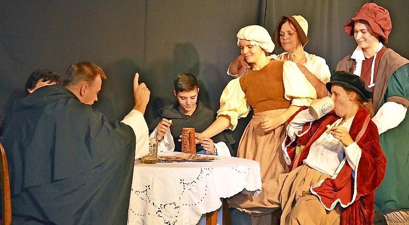 Mitglieder der TheaterLoge stellten historische Szenen in Luckau nach. FOTO: Andreas Staindl