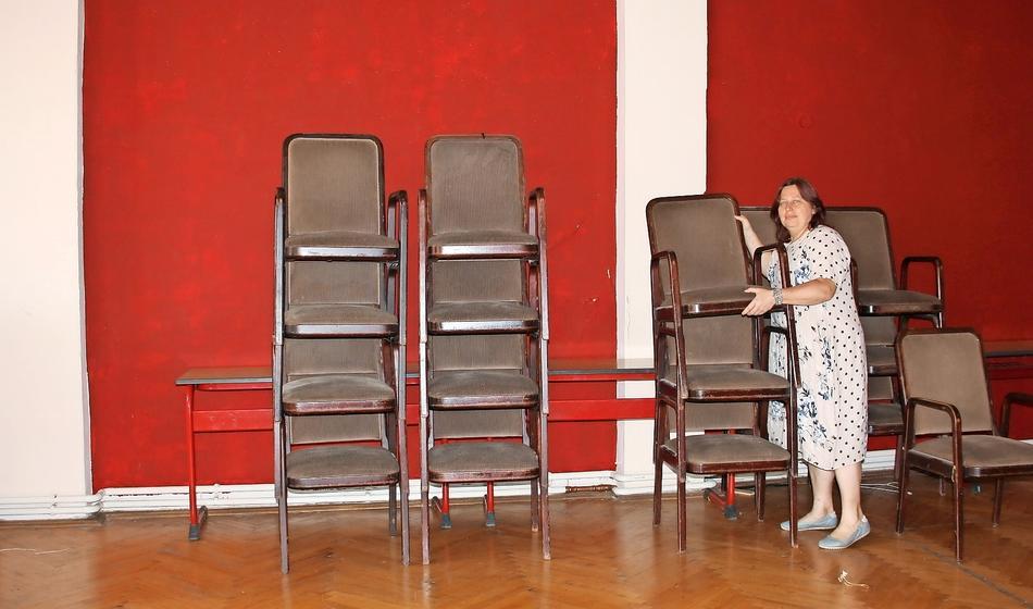 Die Stühle für den Saal sind bereits da. Theaterleiterin Gabi Schönig und ihr Team warten darauf, dass Zuschauer sie in Besitz nehmen können. Es fehlt jetzt noch die Brandschutztreppe.