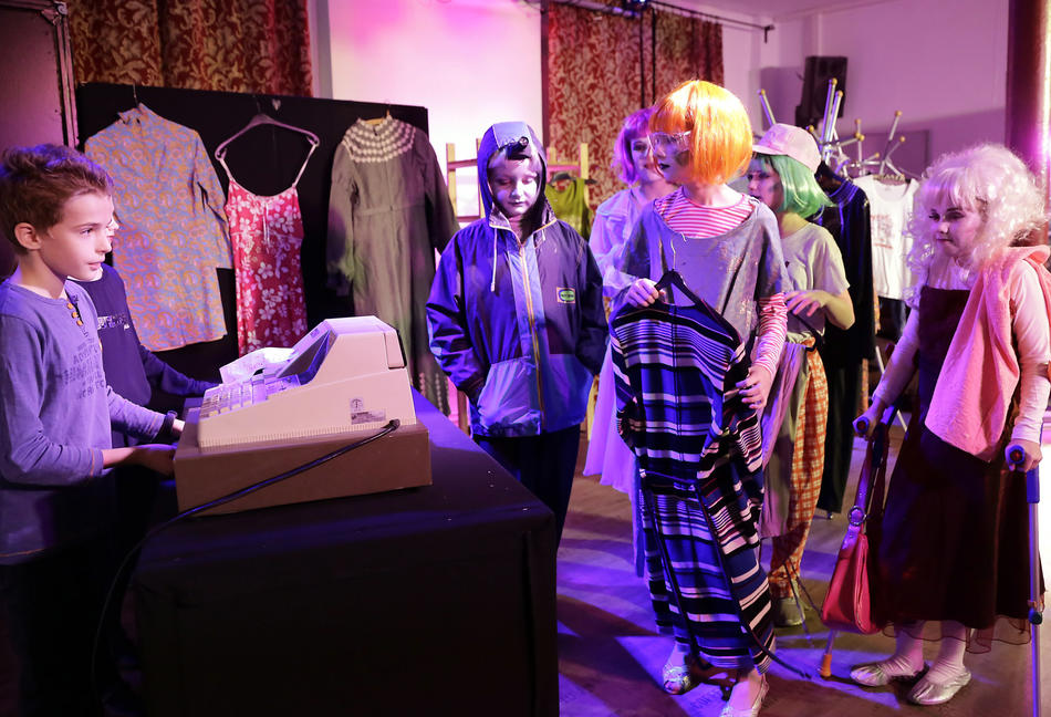Die Puppen beim Shoppen. Helena (3.v.l.) ist durch die Kleidung nicht mehr von den anderen zu unterscheiden.